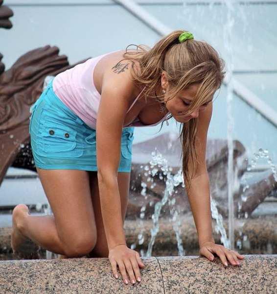 Девушки у фонтанов