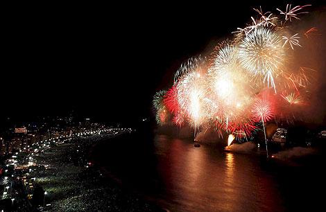 16-минутное огненное шоу на пляже Копакабаны (Рио-де-Жанейро) собрало почти два миллиона зрителей в новогоднюю ночь.