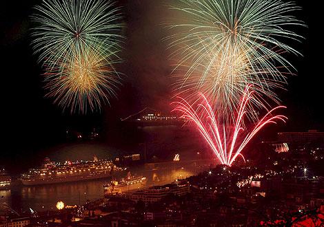 Новогоднее небо над городом Фуншал (о. Мадейра, Португалия).