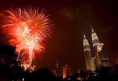 Праздничные фейерверки перед Petronas Towers в Куала Лумпур, Малайзия.