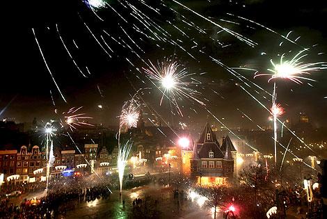 Фейерверки до утра освещали небо над Амстердамом (Нидерланды).