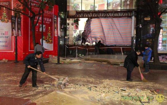 Огромный аквариум лопнул в торговом центре в Шанхае