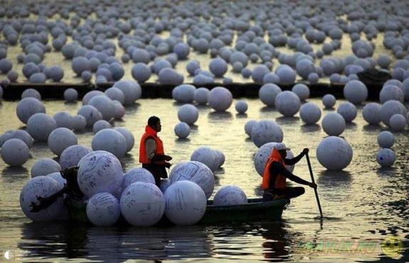 В Сингапуре в реку запустили исписанные пожеланиями белые шары
