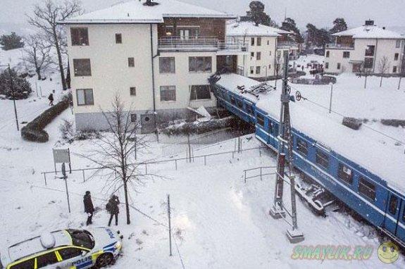 В Швеции девушка, угнав поезд, врезалась на нем в жилой дом
