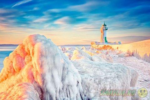 Завораживающее превращение маяков в ледяные статуи