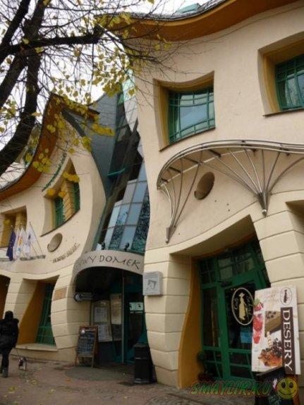 Необычный Кривой домик  на улице польского городка