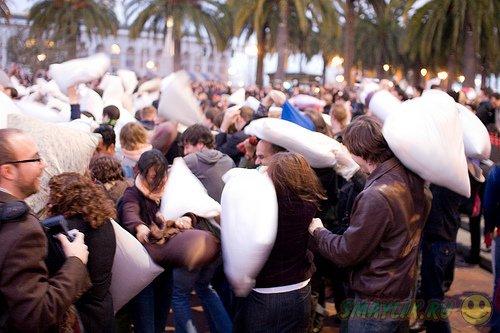 В битве подушками в Сан-Франциско приняли участие несколько сотен человек