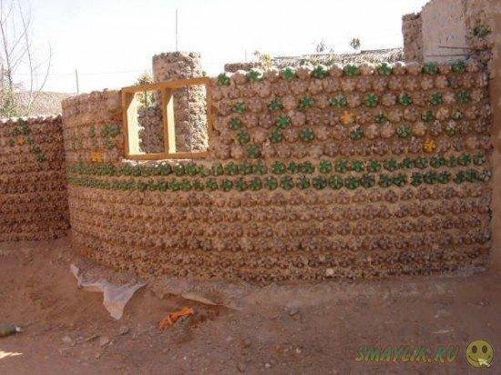 В Боливии Ингрид строит дома из пластиковых бутылок