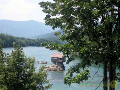 Домик посреди сербской реки Дрина
