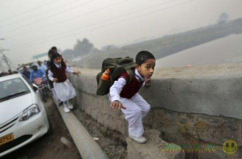 Импровизированная школа на свежем воздухе для малоимущих детишек