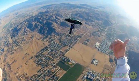Известный американский экстремал попробовал летать на зонтике