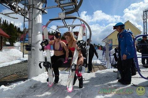 Массовый спуск в плавках и купальниках на горнолыжном курорте Шерегеш
