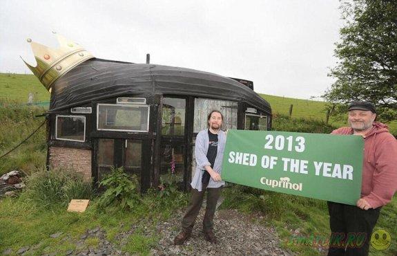Домик с крышей из старой лодки признан лучшим сараем года