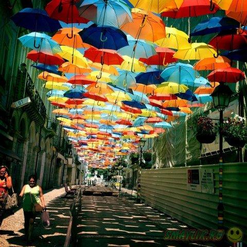 Португалия: Улочки с красочными зонтиками