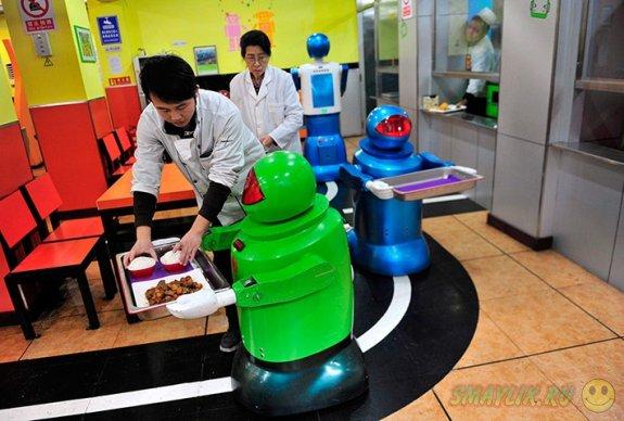 В одном из новых ресторанов Китая работают  роботы