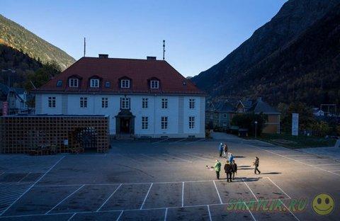 В норвежском городке Рьюкан установили гигантское зеркало для солнечного света
