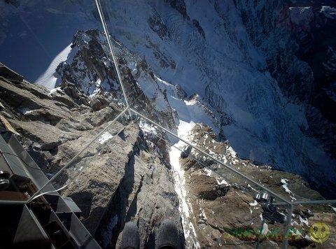 Инсталляция «Шаг в пустоту» над пропастью во  Французских Альпах