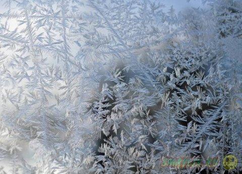 Морозные узоры на оконном стекле