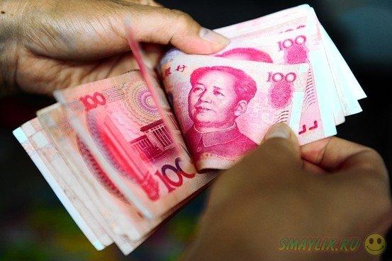 В Китае супругам вернули все деньги, разбросанные порывом ветра по улице