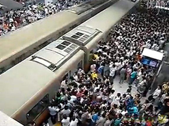 В метро Пекина введут штрафы за еду и питье