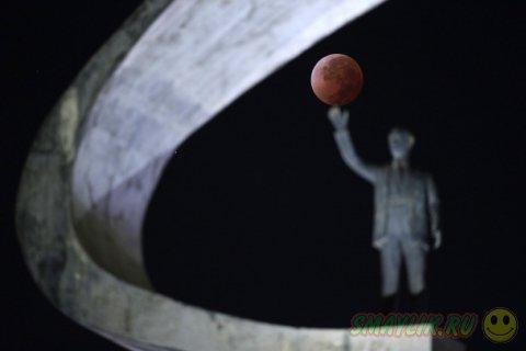 Небо украсила «кровавая» Луна