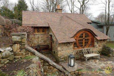 Сказочный домик с круглой дверью