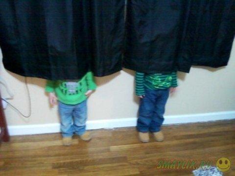 Малыши играют в прятки