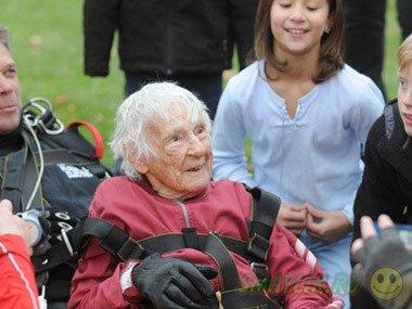 Американка пригнула с парашюта в свой 100-й день рождения