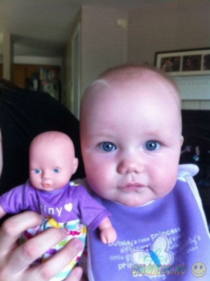 Малыши и их куклы, которые выглядят как близнецы